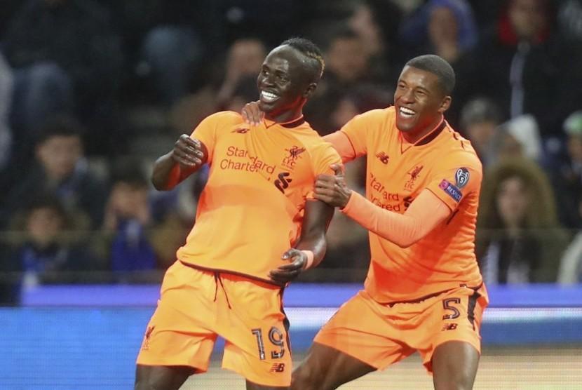 Penyerang Liverpool Sadio Mane (kiri) merayakan golnya bersama Georgino Wijnaldum.