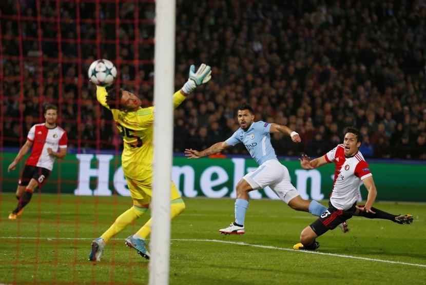 Penyerang Manchester City Sergio Aguero (kedua kanan) saat menjebol gawang Feyenoord.