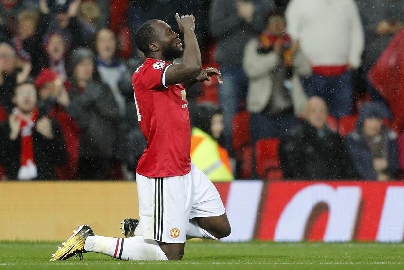 Penyerang Manchester United Romelu Lukaku merayakan golnya ke gawang Basel.