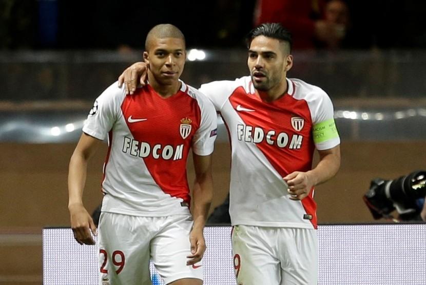 Penyerang muda AS Monaco Kylian Mbappe (kiri) merayakan golnya ke gawang Borussia Dortmund bersama rekannya Radamel Falcao.