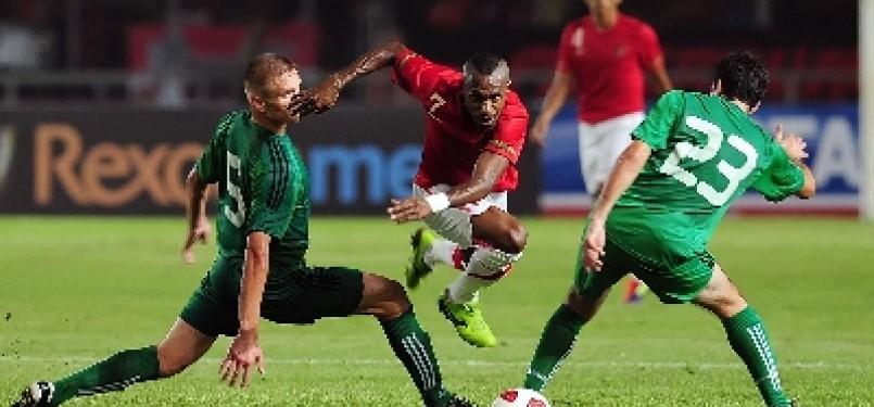 Penyerang timnas Indonesia, Boaz Sollosa, melewati hadangan dua pemain Turkmenistan saat laga leg kedua Pra Kualifikasi Piala Dunia 2014 di Stadion Gelora Bung Karno, Senayan, Jakarta, Kamis (28/7) malam.