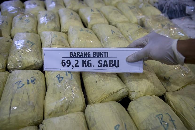 Penyidik Badan Narkotika Nasional (BNN) menunjukkan barang bukti tindak pidana narkotika jenis sabu saat konferens pers di kantor BNN, Jakarta, Kamis (20/10).