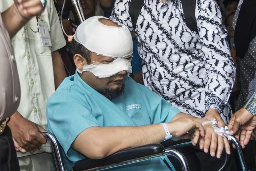 Penyidik Komisi Pemberantasan Korupsi (KPK) Novel Baswedan berada di kursi roda saat akan dirujuk ke rumah sakit khusus mata di Jakarta, Selasa (11/4).