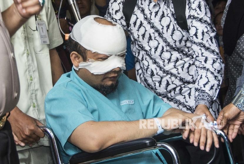 Penyidik Komisi Pemberantasan Korupsi (KPK) Novel Baswedan menyapa wartawan saat akan dirujuk ke rumah sakit khusus mata di Jakarta, Selasa (11/4).