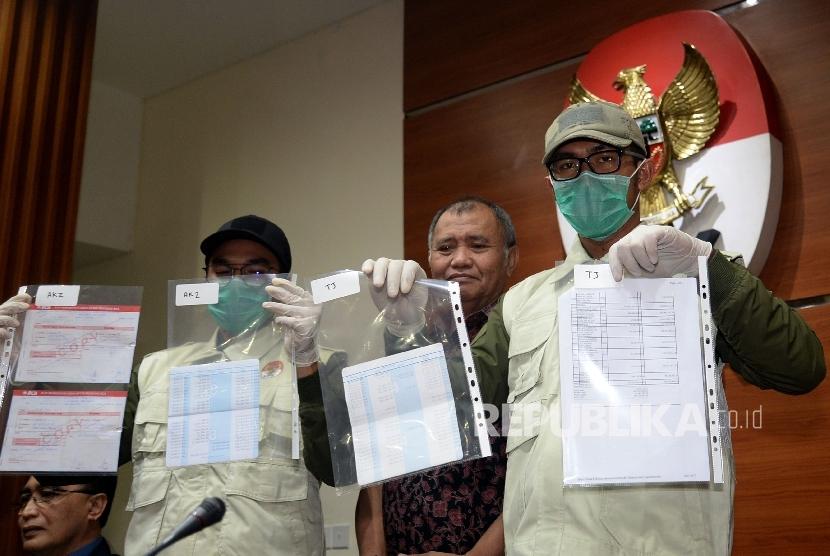 Permalink to Tiga Tersangka OTT PN Jaksel Resmi Ditahan