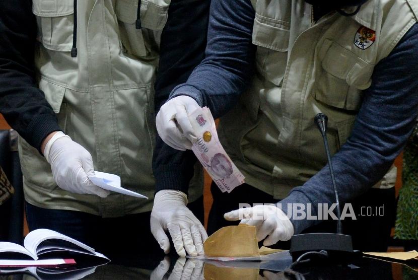 Penyidik KPK menunjukan barang bukti hasil Operasi Tangkap Tangan (OTT) di Gedung KPK, Jakarta, Sabtu (7/10). OTT ini melibatkan politisi Partai Golkar Aditya Anugrah Moha.