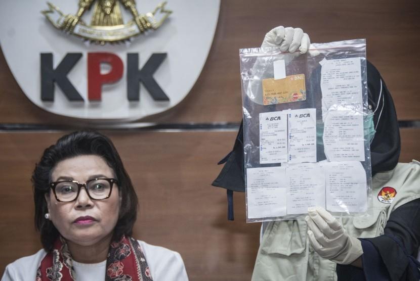 Penyidik KPK menunjukan barang bukti saat Wakil Ketua KPK Basaria Panjaitan (kiri) memberikan keterangan pers mengenai OTT Suap Bupati Ngada di gedung KPK, Jakarta, Senin (12/2).