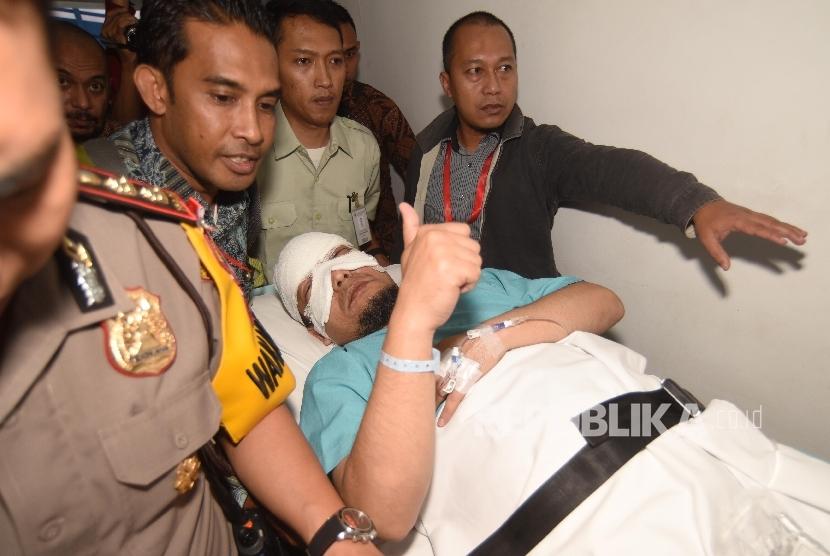 Penyidik KPK Novel Baswedan tiba untuk menjalani perawatan di RS Jakarta Eye Center, Jakarta.