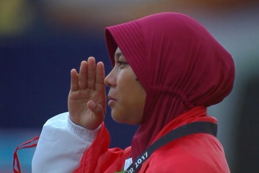 Pepanah putri Indonesia Sri Ranti menitikkan air mata saat seremoni pembagian medali compound individual putri. Sri meraih emas setelah mengalahkan pepanah Vietnam pada final, Rabu (16/8).