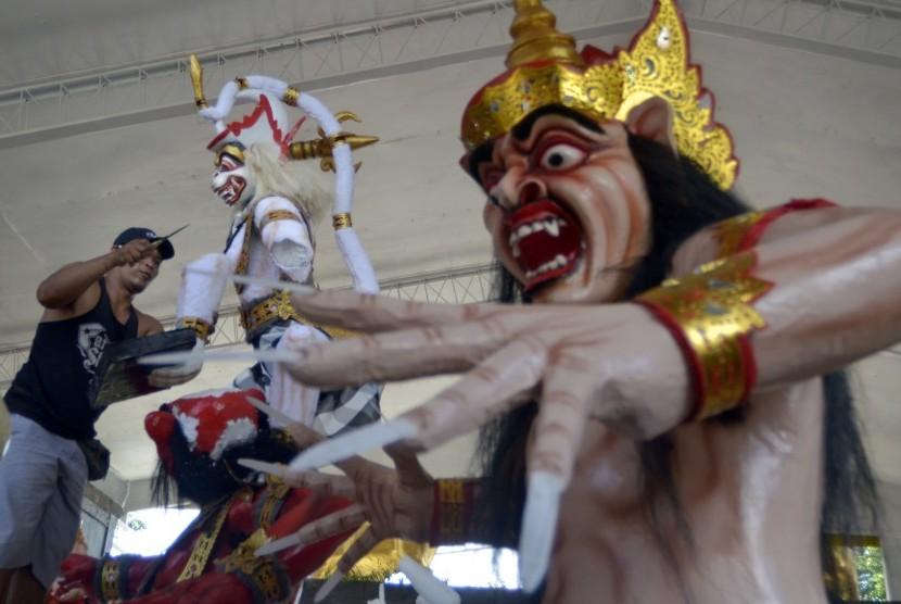 Perajin menyelesaikan beberapa Ogoh-Ogoh atau boneka raksasa untuk menyambut Hari Raya Nyepi (Ilustrasi)