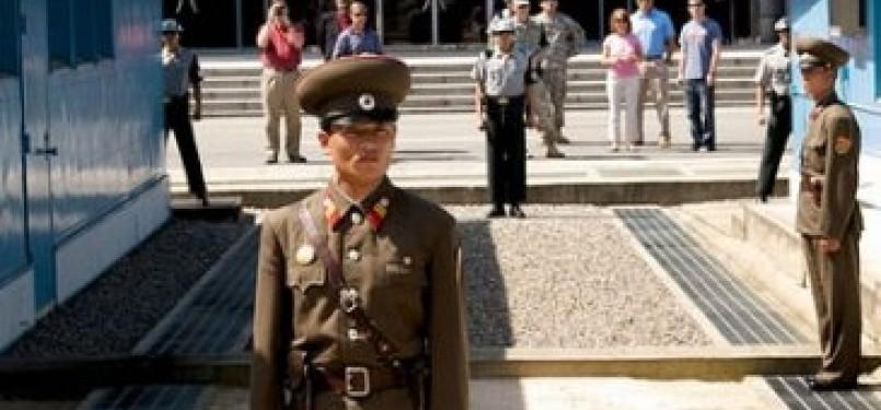 Perbatasan Korut dan Korsel, tampak di belakang turis Amerika terlihat berdiri di area perbatasan Korea Selatan
