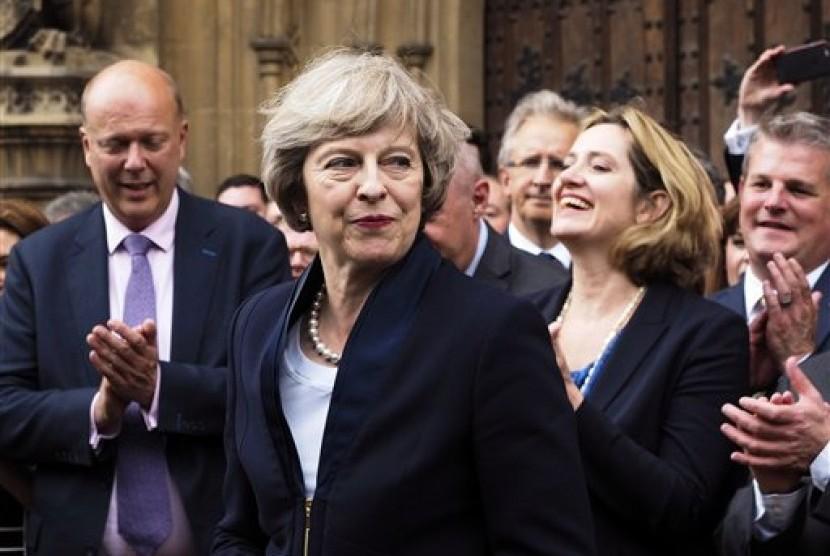 Perdana Menteri Inggris baru Theresa May mendapat tepuk tangan dari anggota parlemen dari Partai Konservatif di Houses of Parliament di London, Senin, 11 Juli 2016.