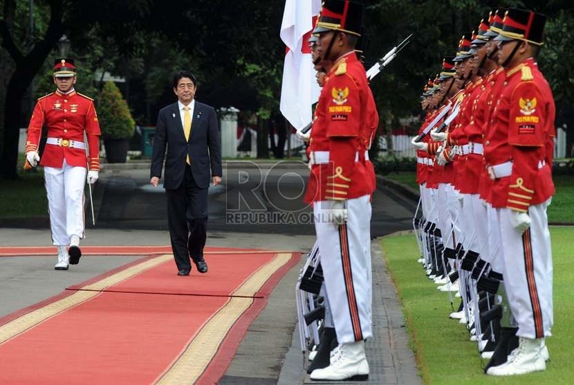 Perdana Menteri Jepang Shinzo Abe melintasi Pasukan Pengamanan Presiden jelang pertemuan bilateral saat upacara penyambutan kenegaraan di Istana Negara, Jakarta, Jumat (18/1).   (Republika/Aditya Pradana Putra)