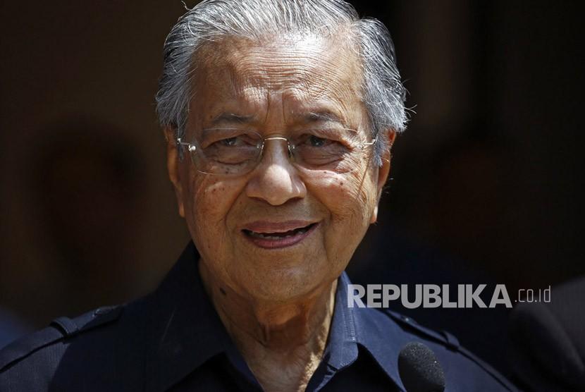 Perdana Menteri Malaysia Mahathir Mohamad tersenyum ketika ia berbicara saat konferensi pers di Kuala Lumpur, Jumat, (11/5).