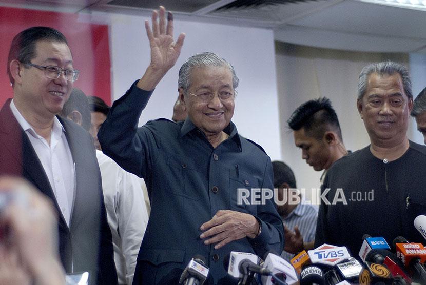 Perdana Menteri Malaysia Tun Dr Mahathir Mohamad (tengah) memberikan keterangan kepada pers di Menara Yayasan Selangor, Selangor, Malaysia, Sabtu (12/5).