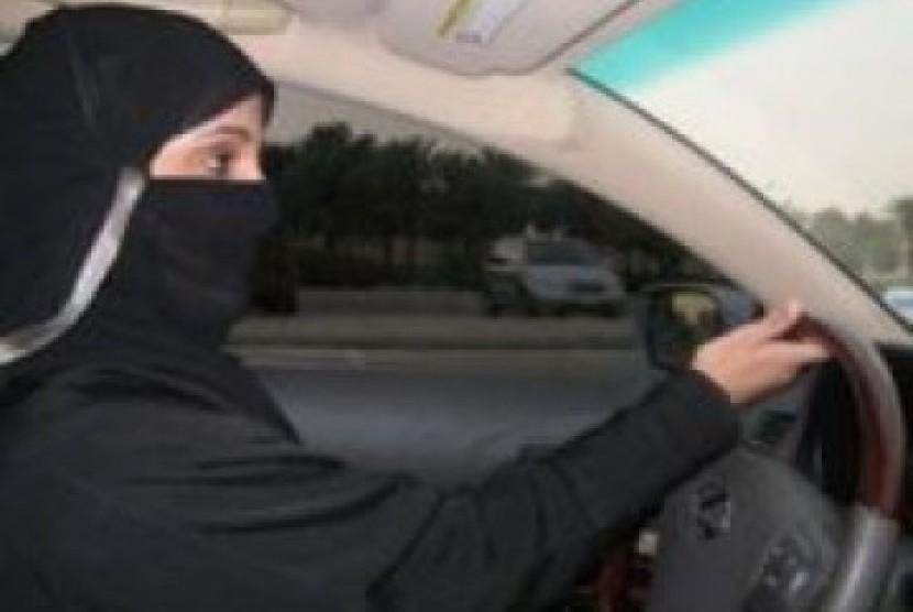Perempuan Arab Saudi saat menyetir mobilnya sendiri