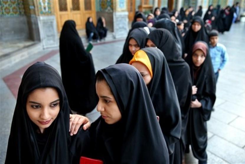 Perempuan mengantre untuk memberi suara dalam pemilu (Ilustrsi)