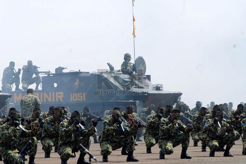 Peringatan HUT ke-67 Korp Marinir TNI AL di lapangan Brigif-2 Marinir Kesatrian Marinir Hartono, Cilandak, Jakarta Selatan, Kamis (22/11).  (Republika/Agung Fatma Putra)