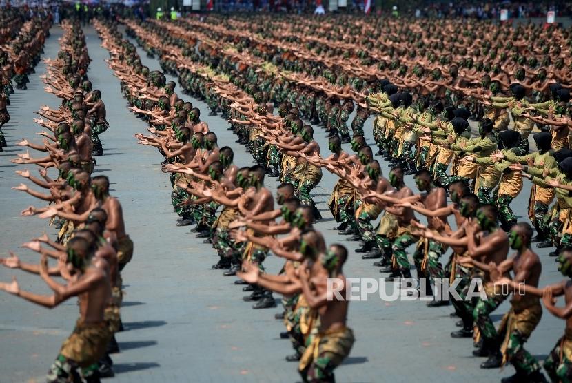 Peringatan HUT TNI ke-72. Sebanyak 1.800 pasukan gabungan menunjukan demo pencak silat saat Upacara Peringatan HUT TNI ke-72 di Dermaga Indah Kiat, Cilegon, Banten, Kamis (5/10).