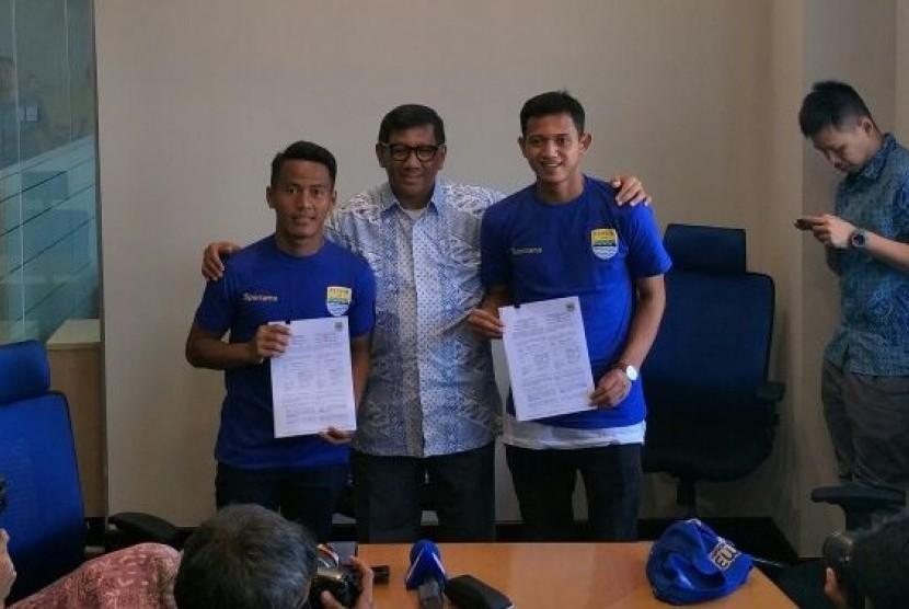 Perkenalan pemain baru Persib Bandung, Muchlis Hadi Ning (kanan) dan Ghozali Muharam Siregar (kiri) di Bandung, Jumat (2/2).