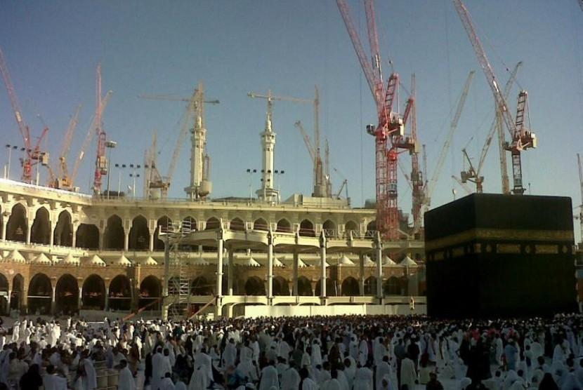 Perluasan pembangunan di sekitar Kabah terus berlangsung, Jumat (21/6). Karena proyek perluasan ini Kerajaan Saudi memangkas kuota jamaah haji seluruh dunia. Perluasan Masjidil Haram kabarnya baru tuntas pada 2016