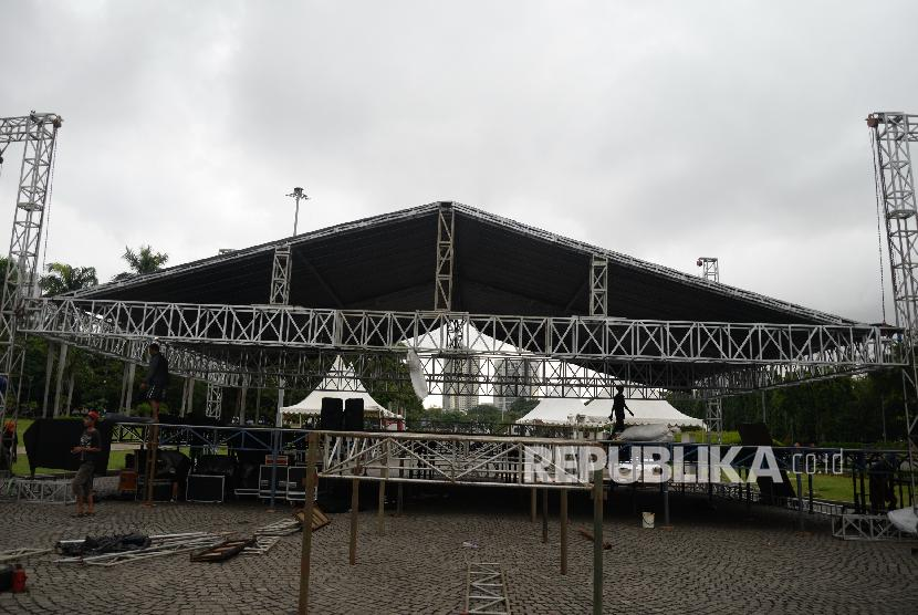 Persiapan Panggung Aksi Palestina. Teknisi memasang keperluan panggung untuk Aksi Bela Palestina di Monumen Nasional, Jakarta, Sabtu (16/12)
