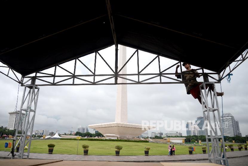 Persiapan Panggung Aksi Palestina. Teknisi memasang keperluan panggung untuk Aksi Bela Palestina di Monumen Nasional, Jakarta, Sabtu (16/12).