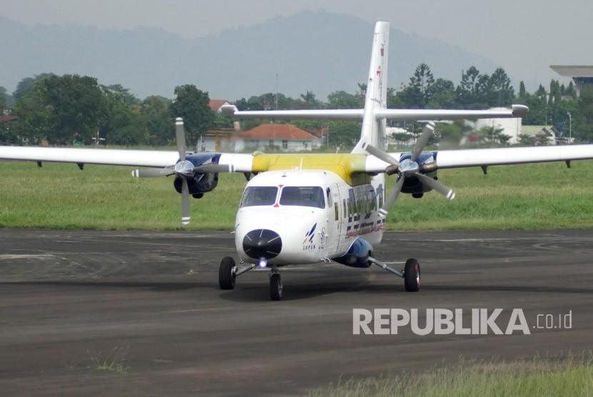 Persiapan pesawat N219 sebelum Flight Test di di landasan pacu Bandara Husain Sastranegara, Kota Bandung, Rabu (16/8).