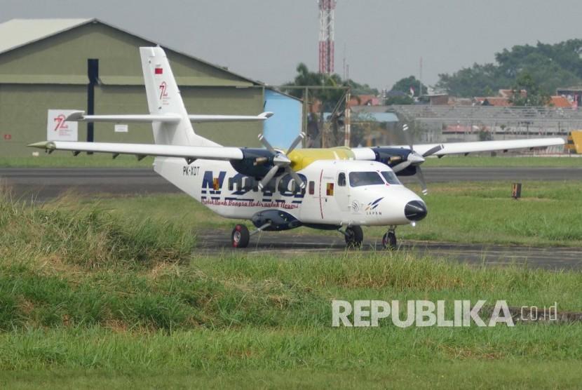 Persiapan pesawat N219 sebelum Flight Test di di landasan pacu Bandara Husain Sastranegara, Kota Bandung, Rabu (16/8)