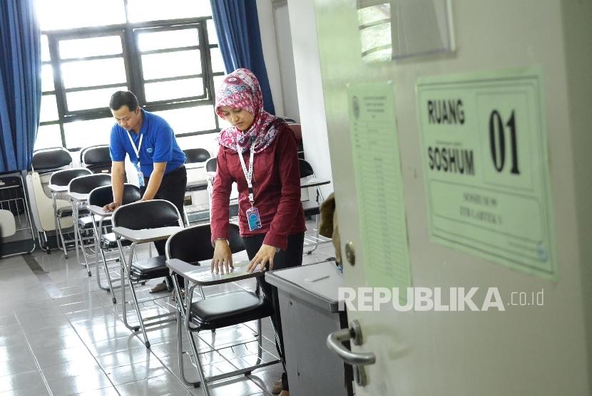 Persiapan SBMPTN: Petugas memasangkan nomor peserta menjelang Seleksi Bersama Masuk Perguruan Tinggi Negeri (SBMPTN) di Kampus ITB, Jl Ganeca, Kota Bandung, Senin (25/5). SBMPTN serempak di gelar 31 Mei 2016.
