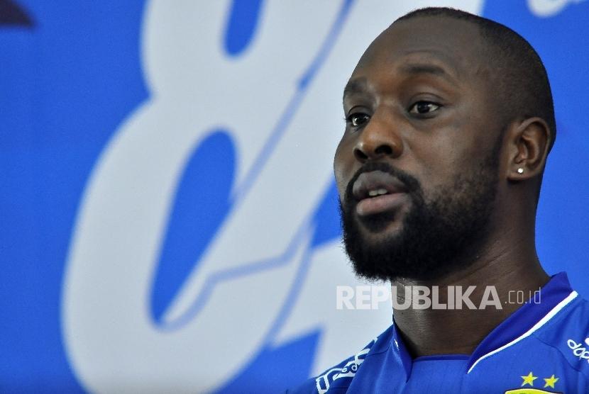 Persib resmi memperkenalkan pemain asing baru, Carlton Cole saat konferensi pers di Graha Persib, Jalan Sulanjana, Kota Bandung, Kamis (30/3).