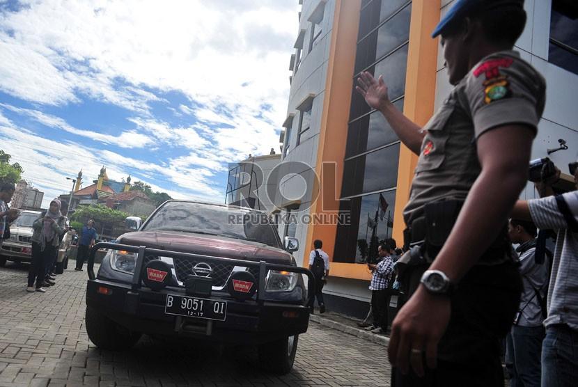 Personel Brimob mengawal jalannya proses evakuasi mobil sitaan oleh penyidik KPK di DPP PKS, Jakarta, Rabu (15/5).  (Republika/Edwin Dwi Putranto)