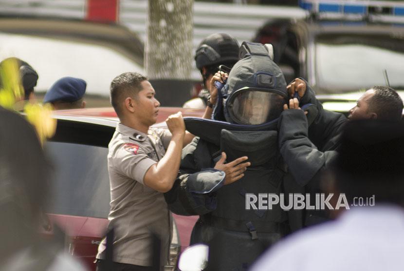Personel penjinak bom mengenakan pakaian khusus saat akan melakukan penyisiran pascapenyerangan teroris di Polda Riau. Pekanbaru, Riau, Rabu (16/5).