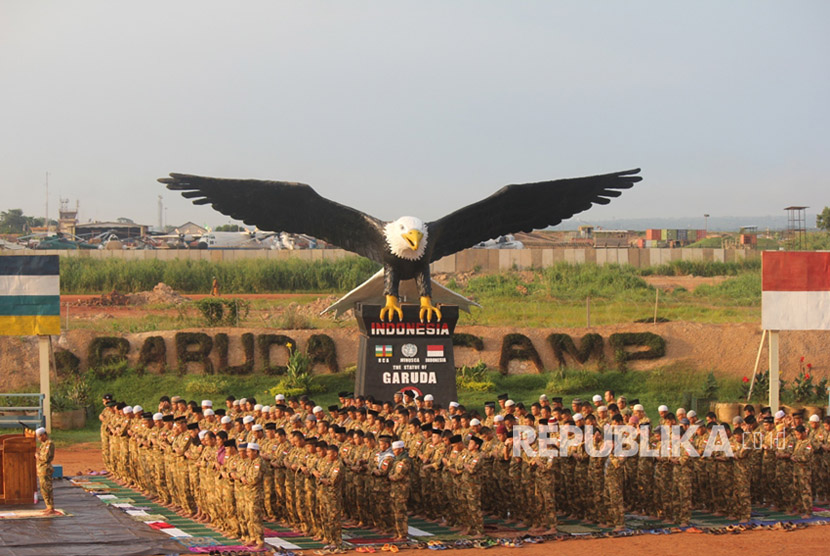 Personel Satgas Kizi TNI  menggelar Sholat Idul Fitri 1438 H berjamaah di Lapangan Garuda, UN Super Camp, Mpoko, Bangui, Afrika Tengah.