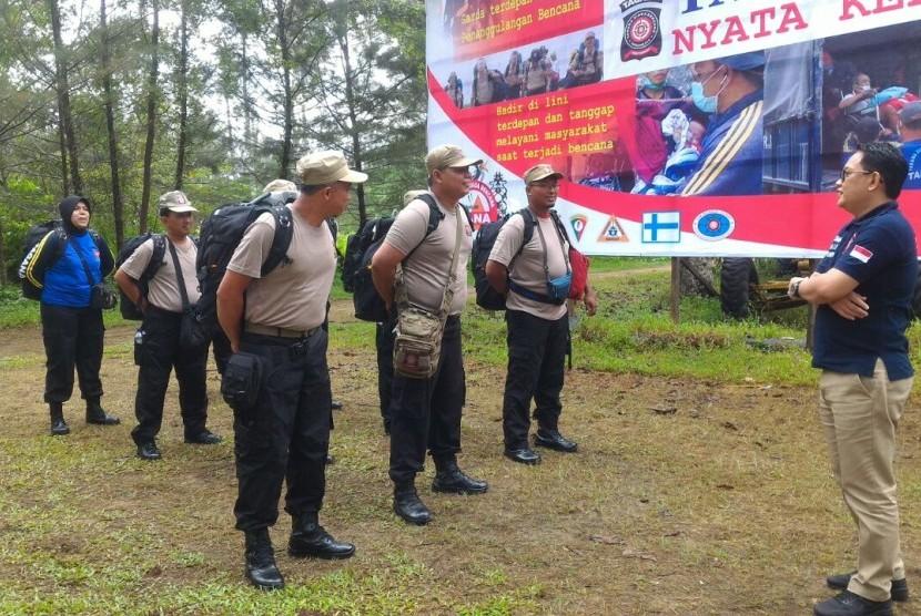 Personel Tagana berlatih kesiapsiagaan menghadapi bencana.
