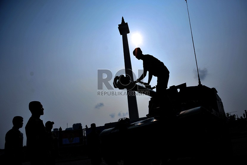 Personel TNI AD melakukan persiapan pameran Alutsista TNI Angkatan Darat di lapangan Monas, Jakarta, Kamis (4/10). (Edwin Dwi Putranto/Republika)