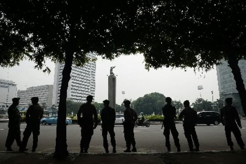 Personel TNI-Polri bersiaga untuk mengamankan kawasan Bundaran Hotel Indonesia, saat Aksi Bela Islam, Jumat (4/11), di Jakarta.