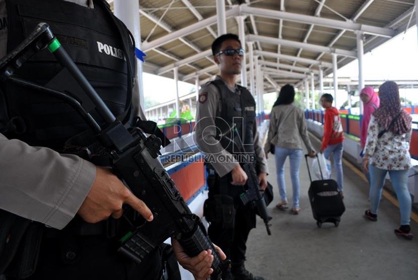 Personil Brimob Banten melakukan penjagaan di gang way Pelabuhan Merak, Banten, Jumat (2/8).    (Republika/Rakhmawaty La'lang)
