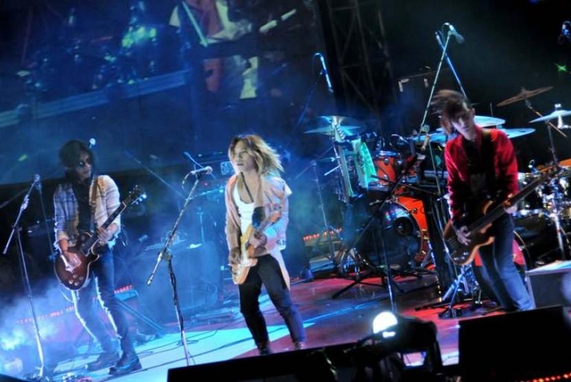 Personil grup band beraliran Japanese pop/rock, J-Rocks membawakan hits andalannya pada konser