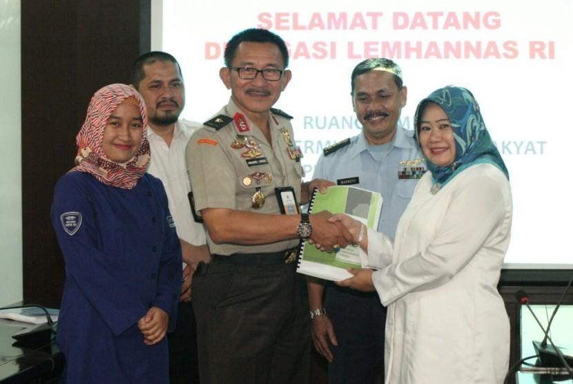Pertemuan Inspektur Lemhanas Brigjen (Pol) Imanuel Larosa dengan Kepala Biro Hubungan Masyarakat (Humas) MPR Siti Fauziah.