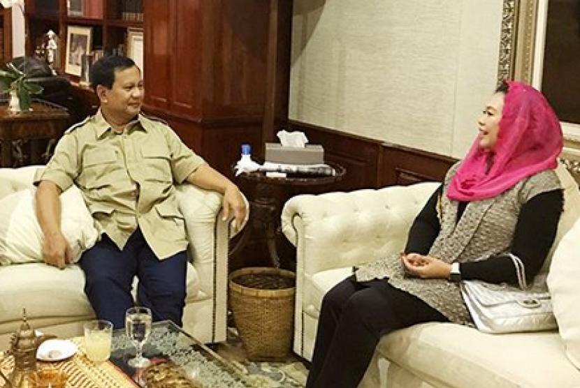 Pertemuan Prabowo Subianto (kiri) dengan Yenny Wahid (kanan).