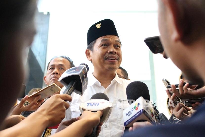 Bupati Purwakarta yang juga Ketua Dewan Pimpinan Daerah (DPD) Partai Golkar Jawa Barat Dedi Mulyadi (tengah)