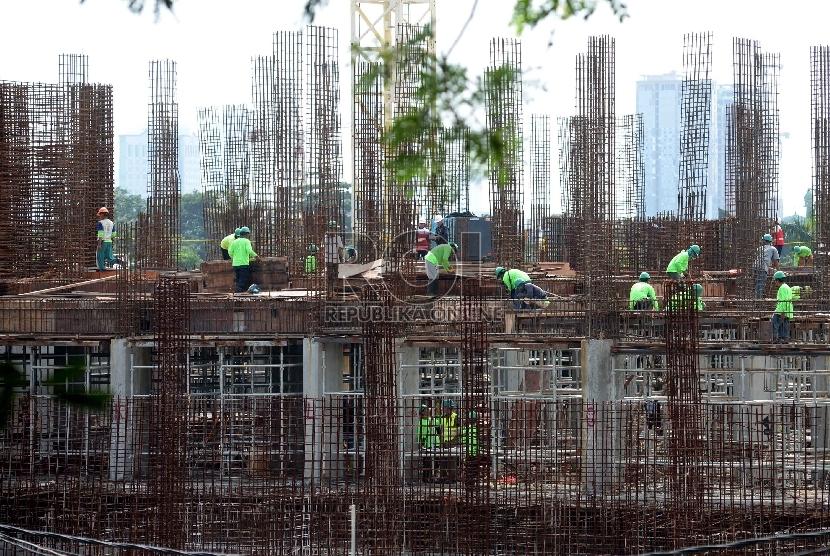Pertumbuhan Kredit Properti Stagnan: Suasana pembangunan gedung bertingkat di kawasan Cawang, Jakarta, Selasa (10/2).