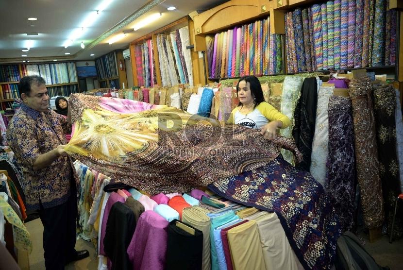 Pertumbuhan Tekstil dan Produk Tekstil: Karyawan merapikan kain lokal yang dijual di salah satu tokoh di Pasar Mayestik, Jakarta, Kamis (29/1).(Republika/ Yasin Habibi)