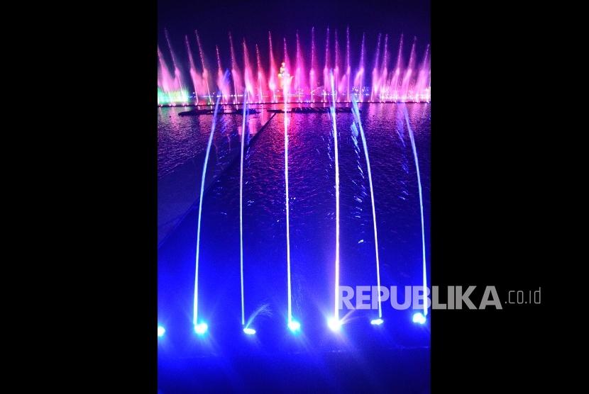 Pertunjukan air mancur di Taman Sri Baduga, Purwakarta. (Foto: Yogi Ardhi/Republika)