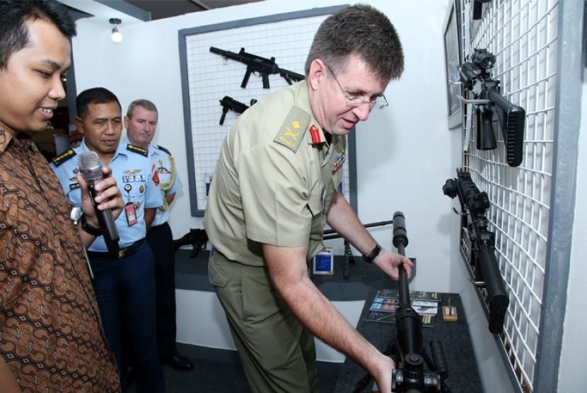 Perwakilan Australian Defence Force meninjau persenjataan TNI di PT Pindad