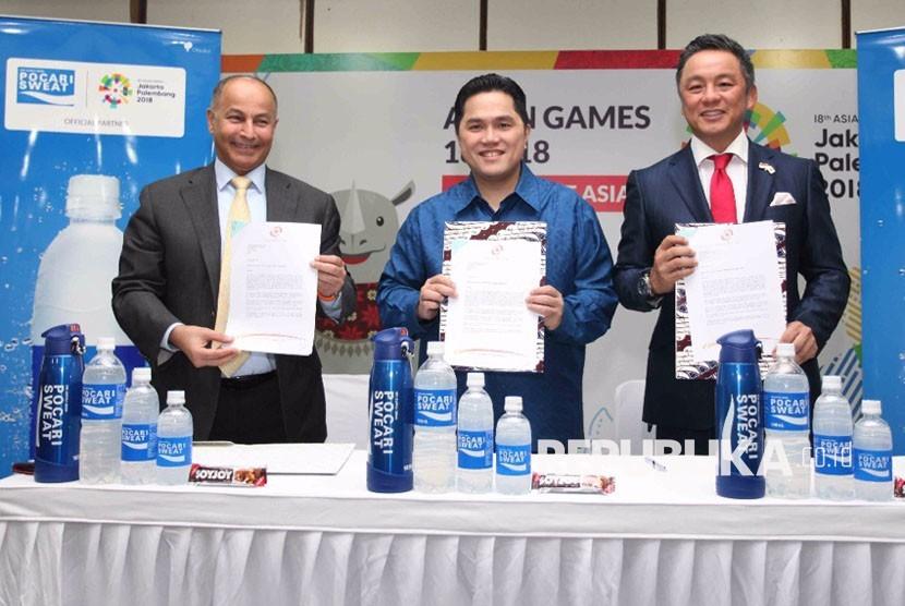 Perwakilan Dewan Olimpiade Asia (OCA) Husain Al Mussala (kiri), Ketua INASGOC Erick Thohir (tengah) dan Presiden Direktur PT Amerta Indah Otsuka, Yoshihiro Bando dalam penandatanganan kerja sama sponsorship Asian Games 2018 di Jakarta, Selasa (14/11).