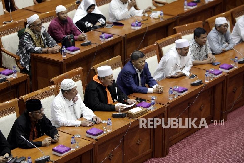 Perwakilan Forum Umat Islam (FUI) mengikuti rapat dengar pendapat dengan Komisi III DPR di Kompleks Parlemen, Senayan, Jakarta, Selasa (21/2).
