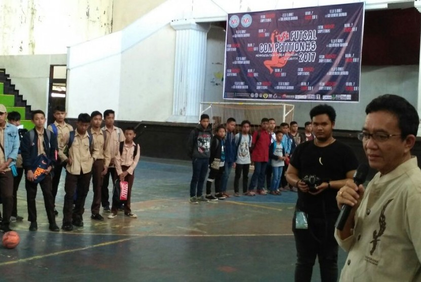 Perwakilan pejabat Pemerintah Kota  Sukabumi Adang Taufik membuka turnamen BSI Futsal Competition 5.