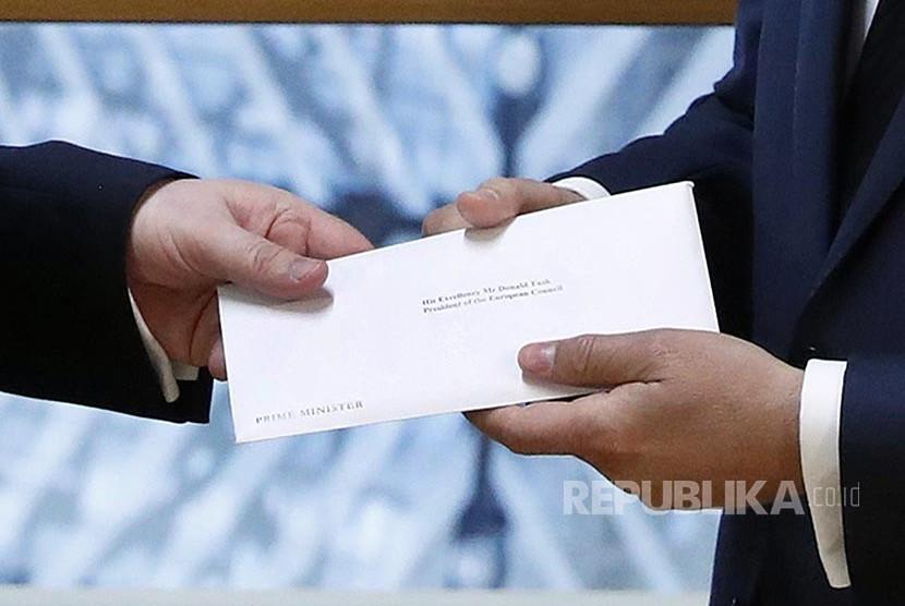 Perwakilan tetap Inggris untuk Uni Eropa Tim Barrow menyerahkan surat resmi Brexit dari PM Inggris Theresia May kepada Donald Tusk Presiden Uni Eropa.